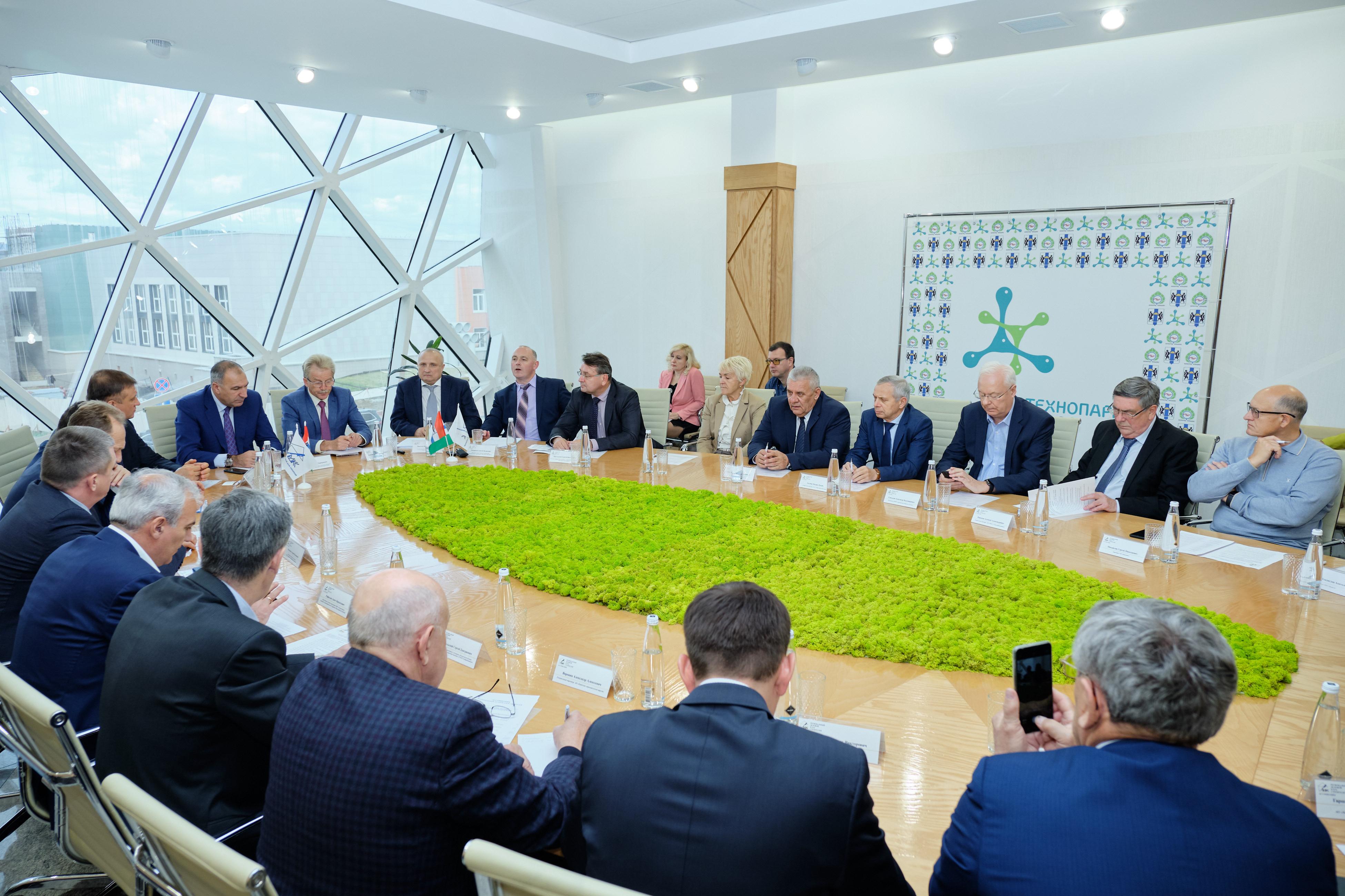 01 октября Региональный деловой клуб строителей провел расширенное выездное заседание в поселке Кольцово Новосибирской области
